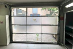 Porte de garage vitrée : les avantages de ce type de portes