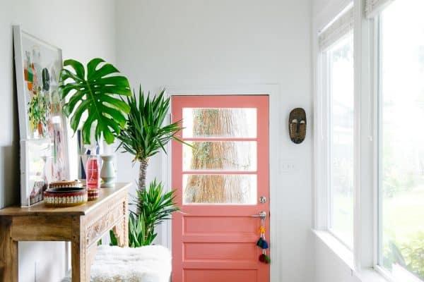 Comment cacher une porte dans un salon ?